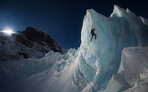 Обои небо, свет, горы, ночь, скалы, луна, человек, лёд, ледник, альпинист, альпинизм