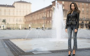 Картинка взгляд, город, стиль, модель, куртка, фонтан, Chiara