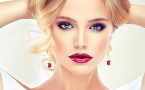 Картинка руки, голубые глаза, ресницы, блондинка, помада, модель, прическа, макияж, девушка, сережки, фотосессия, София Журавец