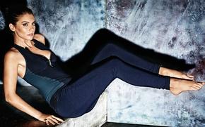 Картинка поза, модель, джинсы, босиком, макияж, майка, фигура, актриса, брюнетка, прическа, красотка, фотосессия, позирует, Shape, Lauren …