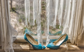 Картинка фон, окно, туфли