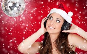Обои девушка, радость, снежинки, красный, улыбка, фон, шапка, новый год, шар, наушники, снегурочка, шатенка, колпак