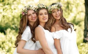 Картинка зелень, радость, цветы, природа, фон, девушки, настроение, три, в белом, прически, улыбки, шатенки, симпатичные, платья, …