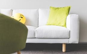 Картинка диван, подушка, смайлик
