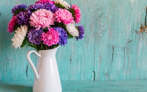 Картинка фон, доски, букет, белая, ваза, кувшин, разноцветные, астры