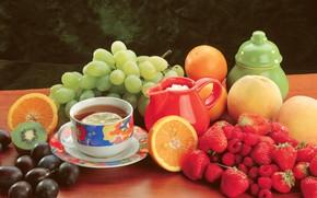 Обои стол, чай, киви, чашка, персики, ягоды, малина, натюрморт, фрукты, апельсины, сливы, виноград, клубника