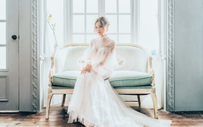 Картинка девушка, комната, диван, платье
