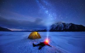 Обои лёд, звезды, Канада, небо, млечный путь, ночь, озеро, палатка, человек, фонарик, горы, зима, снег, свет, ...