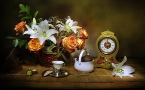 Картинка цветы, корзина, лилии, часы, розы, конфеты, ткань, натюрморт, десерт, чашечка, still life, вазочка, зефир