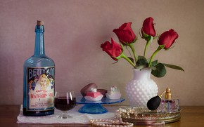 Картинка бутылка, розы, натюрморт, пирожные, парфюм