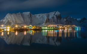 Картинка зима, небо, вода, снег, горы, ночь, огни, отражение, скалы, дома, Норвегия, фонари, залив, Лофотен
