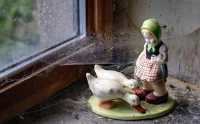 Обои статуэтка, паутина, окно