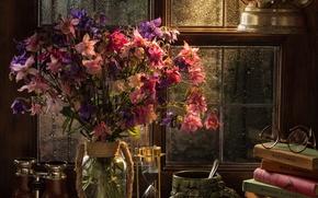 Обои цветы, стиль, книги, лампа, букет, окно, очки, кружка, бинокль, песочные часы, аквилегия