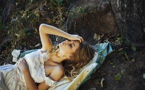Картинка девушка, модель, блондинка, красавица, лежит, закрытые глаза, Ира, на земле, Ирина Попова