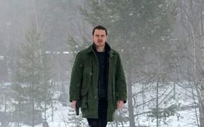 Картинка зима, снег, деревья, снежинки, пистолет, кадр, куртка, детектив, криминал, Michael Fassbender, Майкл Фассбендер, Снеговик, The …
