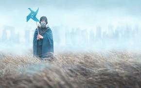 Картинка девушка, туман, противогаз, плащ