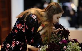 Картинка девушка, цветы, лицо, волосы, нюхает