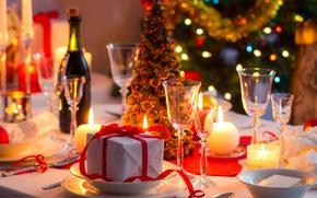 Обои шампанское, тарелки, бокалы, елка, огни, подарок, праздник, стол