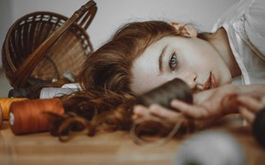 Обои взгляд, девушка, лицо, настроение, волосы, веснушки, рыжая, нитки, корзинка, рыжеволосая, катушки, Krzysiek Sliwaq, Natalia Sztabińska