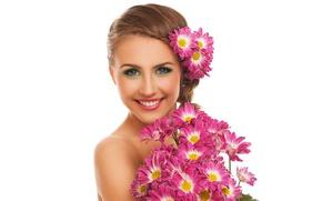 Картинка взгляд, девушка, цветы, улыбка, портрет, букет, макияж, прическа, белый фон, шатенка, красивая, хризантемы