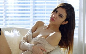 Картинка girl, cleavage, Model, long hair, legs, breast, photo, lips, face, brunette, chest, necklace, portrait, mouth, …