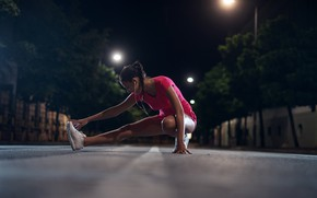 Обои фонари, фитнес, растяжка, улица, косичка, боке, кроссовки, майка, деревья, дома, упражнение, девушка, ночь, шорты, брюнетка, ...