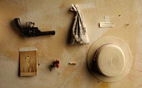 Картинка стена, вещи, револьвер