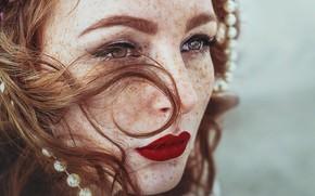Картинка взгляд, лицо, помада, губы, веснушки, рыжая, рыжеволосая
