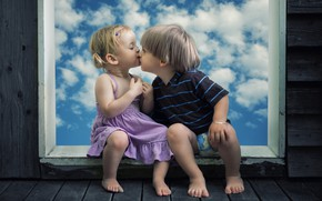 Обои небо, дети, креатив, доски, поцелуй, мальчик, окно, девочка, girl, малыши, creative, kiss, boy, window, board, ...