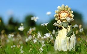 Обои трава, лето, фигурка, кукла, поле, ромашки, цветы