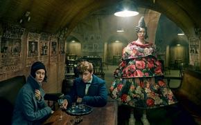 Картинка девушка, свет, лампа, стулья, бар, платье, прическа, пара, сидит, фотосессия, рюмки, Vogue, Eddie Redmayne, Эдди …