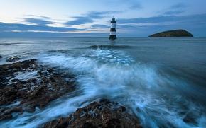 Картинка море, закат, синева, камни, побережье, маяк, остров, горизонт, прибой, Великобритания, Anglesey