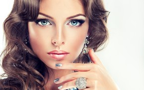 Картинка взгляд, лицо, рука, макияж, кольцо, прическа, голубые глаза, жест, маникюр, София Журавец