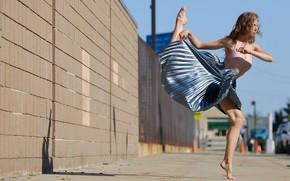 Картинка девушка, лицо, прыжок, улица, юбка, ножки, Sidney