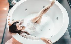 Картинка девушка, ванна, ножки, лежит