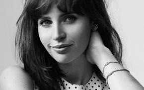 Картинка улыбка, портрет, макияж, актриса, прическа, черно-белое, фотосессия, Elle, Фелисити Джонс, Felicity Jones, 2016, Dan Martensen