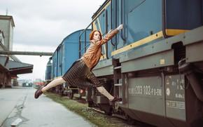 Обои взгляд, девушка, модель, поезд, юбка, ситуация, куртка, рыжая, рыжеволосая, kassio. epia, зацепер