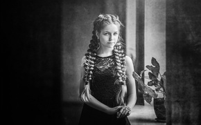 Картинка девочка, подоконник, косы, чб фотография, цветок на окне