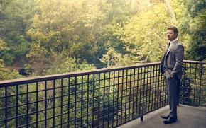 Обои костюм, фотосессия, Robb Report, лето, 2016, зелень, актер, терраса, деревья, парапет, Джереми Реннер, Jeremy Renner, ...