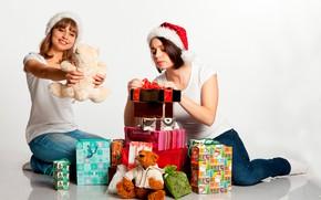 Картинка радость, девушки, настроение, праздник, игрушки, две, новый год, рождество, джинсы, подарки, белый фон, шапки, на …