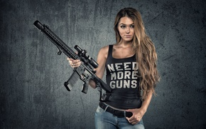 Картинка девушка, лицо, оружие, фон, волосы, джинсы, фигура, автомат, красотка