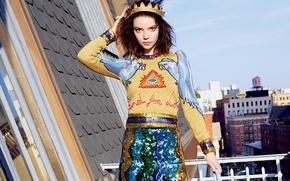 Картинка город, поза, модель, юбка, дома, корона, макияж, фигура, актриса, прическа, наряд, балкон, шатенка, красотка, фотосессия, …