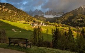Картинка лес, солнце, облака, деревья, горы, скамейка, тучи, скалы, вид, поля, Альпы, Италия, панорама, домики, луга, …