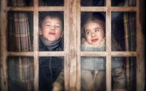 Картинка весело, мальчик, окно, девочка, рожицы