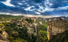 Обои высота, скалы, небо, облака, лучи света, Kalampaka, деревья, панорама, дома, Греция