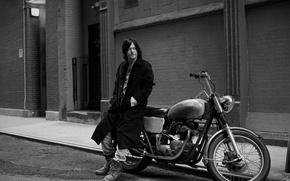 Обои Norman Reedus, фотосессия, Eric Guillemain, дом, улица, мотоцикл, дорога, Норман Ридус, тротуар, пальто, черно-белое, байк, ...