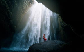 Картинка вода, девушка, скала, сила духа, настроение, красное, камень, водопад, ситуация, поток, мощь, платье, медитация, пещера, …