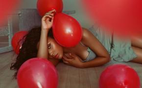 Картинка взгляд, девушка, поза, настроение, шары, красные, на полу, воздушные шарики