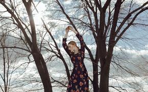 Картинка девушка, деревья, лицо, руки, платье