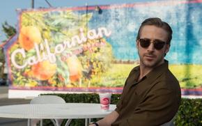 Обои кадр, очки, рубашка, стаканчик, мелодрама, столик, Ryan Gosling, Райан Гослинг, мюзикл, Ла-Ла Ленд, La La ...